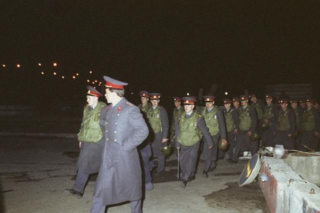 Москва, 3 октября 1993 года. Дивизия имени Дзержинского направляется к Дому Советов РФ (с 1994 Дом Правительства Российской Федерации)
