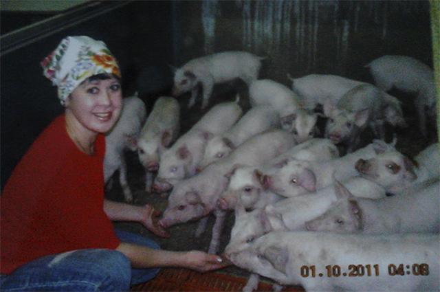 Людмила не привыкла опускать руки и, как только детей взяли в садик, устроилась работать на свиноферму.