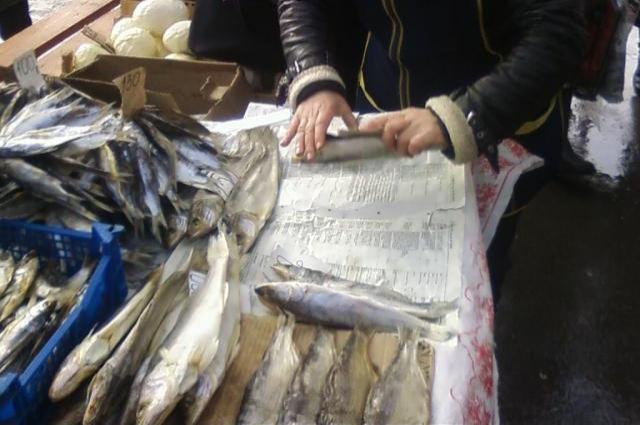 Где берут рыбу, торговцы не признаются, это приходится выяснять следствию.