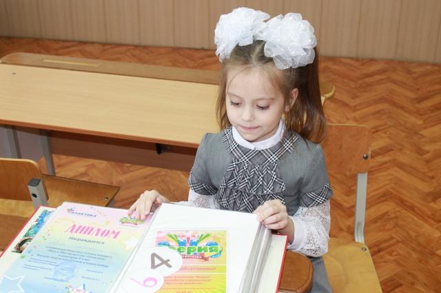 Настоящая звездочка на сцене, в школе Аня - примерная ученица.