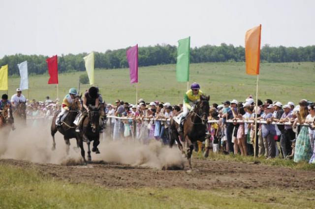 Самым зрелищным действом стали скачки на лошадях.