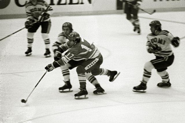 Хоккеист Валерий Харламов (№ 17) в матче чемпионата мира по хоккею с шайбой СССР-Финляндия, 1975 год