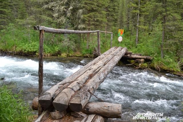 Для туристов построили мостики.