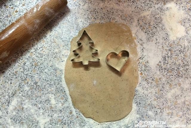 Вырезать фигурки при помощи формочек лучше сразу на листе пергамента.