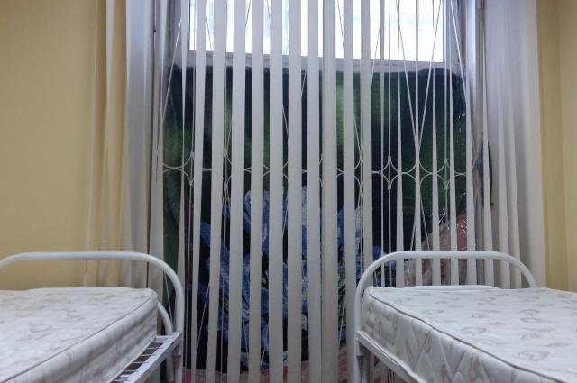 Одеяло на окне – лучшее средство от холода в комнате.