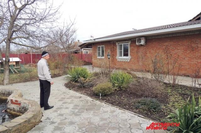За много лет Георгий Кучмий увеличил площадь выданного колхозом дома почти в три раза, а теперь у него ещё и требуют за это деньги.