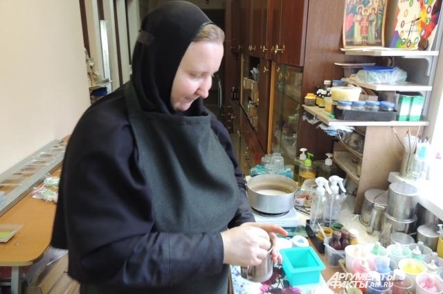 Мать Мария занята изготовлением мыла с медовыми добавками.