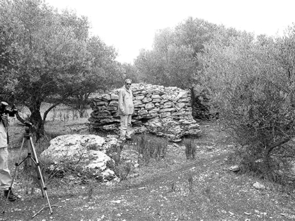 «Куриный домик», закрывающий проход под землю. О.Крит, 2008 год