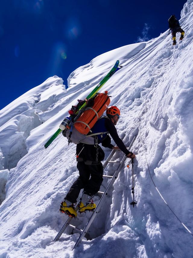 В горы - с лыжами.