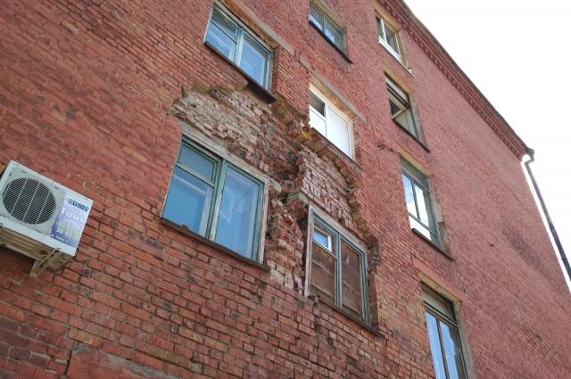 Кирпичная кладка частично обрушилась, дом признан аварийным.