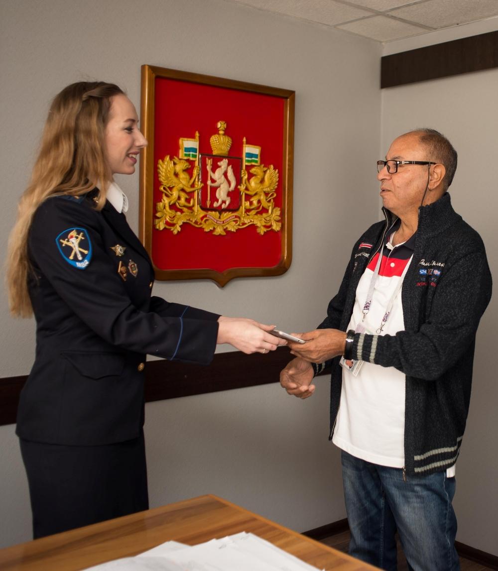 Владелец мобильника поблагодарил полицейских Екатеринбурга за профессионализм.