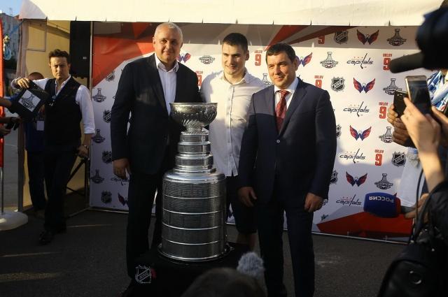Дмитрий Орлов, выпускник новокузнецкой школы хоккея, привез в южную столицу Кузбасса главный трофей НХЛ, Кубок Стэнли.