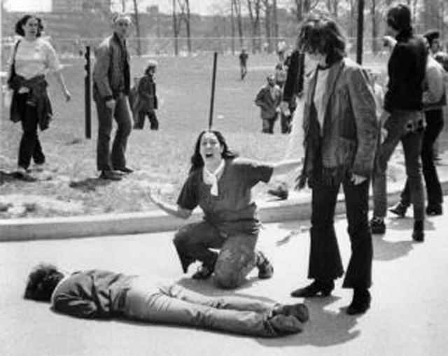 Студенты над телом Джеффри Миллера. Фотограф Джон Фило получил за этот снимок Пулитцеровскую премию.