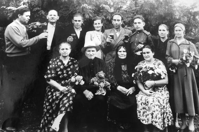 Внизу - род отца Натальи. Её прабабушка Матрёна, прадедушка Сеня, бабушка Дуся, её сестра Анастасия с мужем и другие родственники.