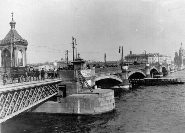 Николаевский мост. Видны разводной пролёт и часовня.