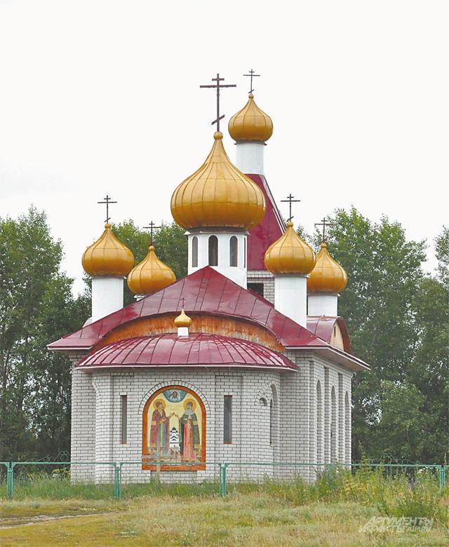 Храм святых Петра и Февронии - первое, что видишь, подъезжая к селу Язово