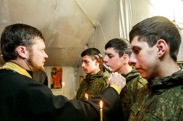 Отец Виталий благословляет братьев на службу.
