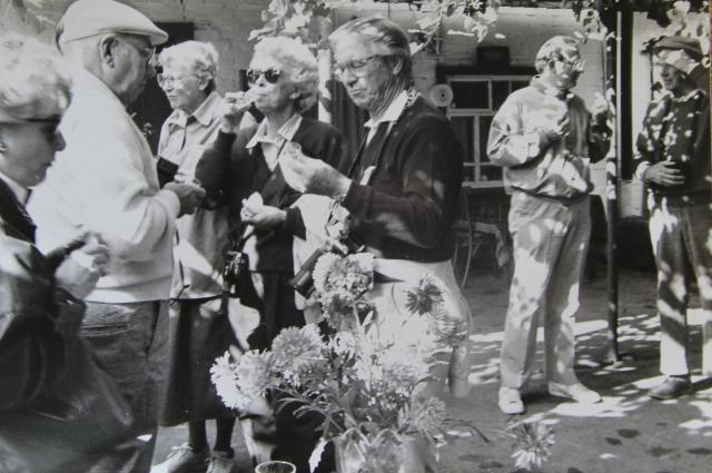 Иностранцы в гостях у советского ветерана Великой Отечественной войны.