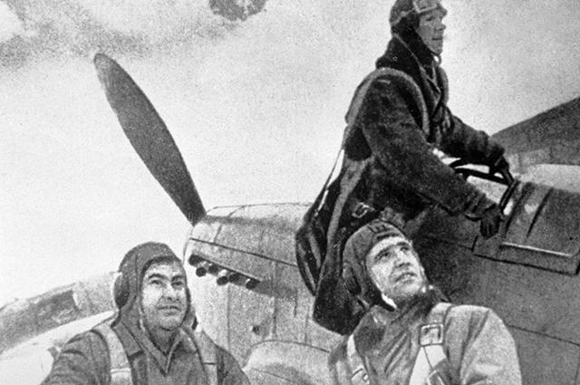 Летчики готовятся к боевому вылету. Крайний слева - Герой Советского Союза летчик Алексей Маресьев, 1944 год.
