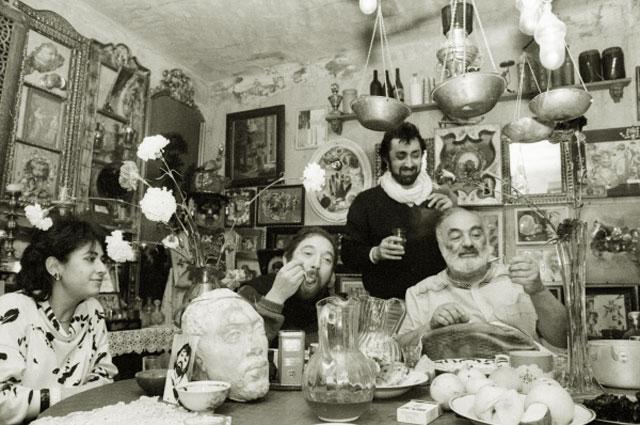Ведущий артист Камерного музыкального еврейского театра Яков Явно (второй слева) в гостях у Сергея Параджанова, 1986 год
