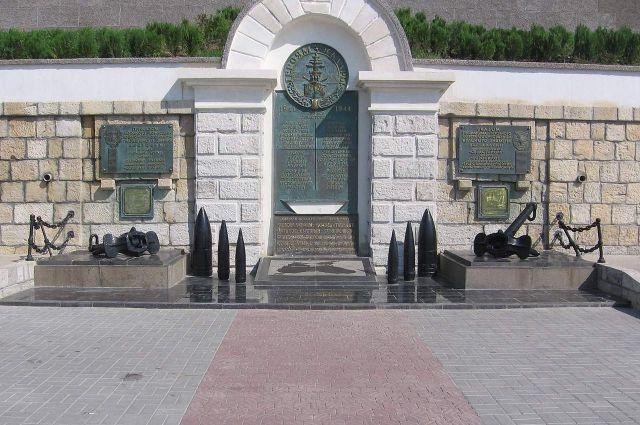 Памятник героям Черноморской эскадры 1941—1944 гг. в Севастополе с изображением флагмана, линкора «Севастополь», в центре сверху и списком 28 боевых кораблей, отличившихся в боях с немецко-фашистскими захватчиками.