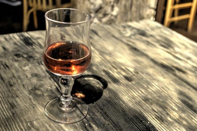 Опохмел может привести к тому, что вы «сядете на стакан».