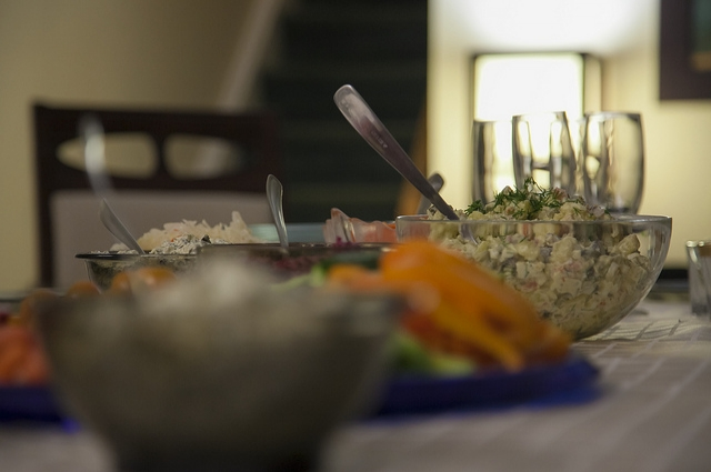 Без салата «Оливье» не обходится ни один новогодний стол.