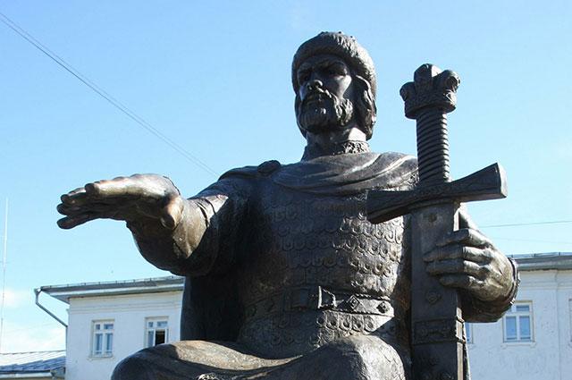 Памятник Долгорукому в Костроме.