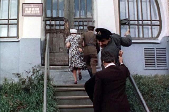 В особняке 1908 г. в стиле модерн архитектора Аполлоса Правдина на момент съёмок располагалась музыкальная школа, а вовсе не отделение милиции.