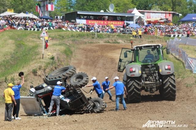За время соревнований перевернулось пять тракторов.