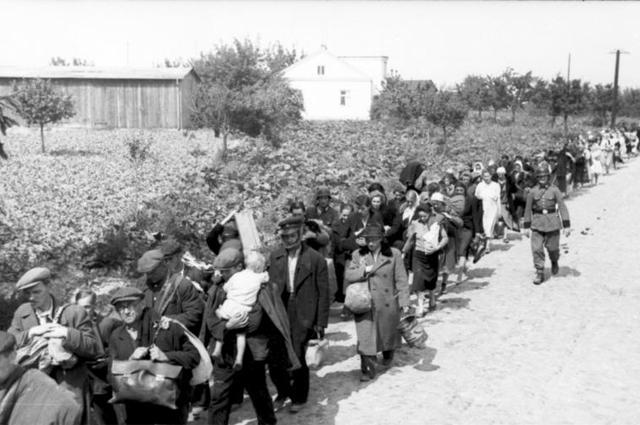 Депортация гражданского населения Варшавы после акции «Буря».