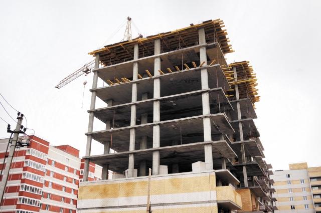 Там, где многоэтажки уже должны были давно сдать (например, на ул. Переселенческой, 98 и 100) - тишь да гладь.