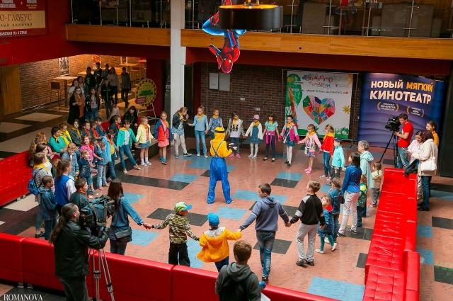 Перед показами для ребят провели конкурсы.