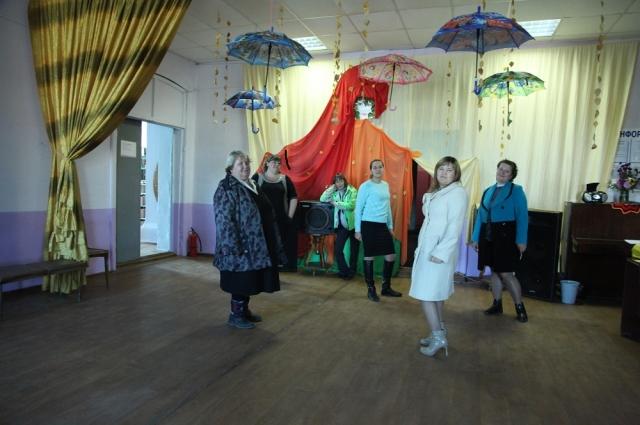 В сельском клубе прошел праздник осени. А зонтики остались. Весь реквизит работники культуры приносят из дома.