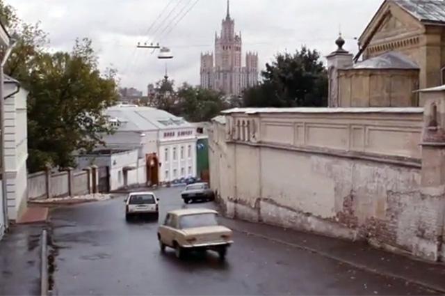 Во время бандитских погонь перед нами предстаёт множество переулков Москвы.