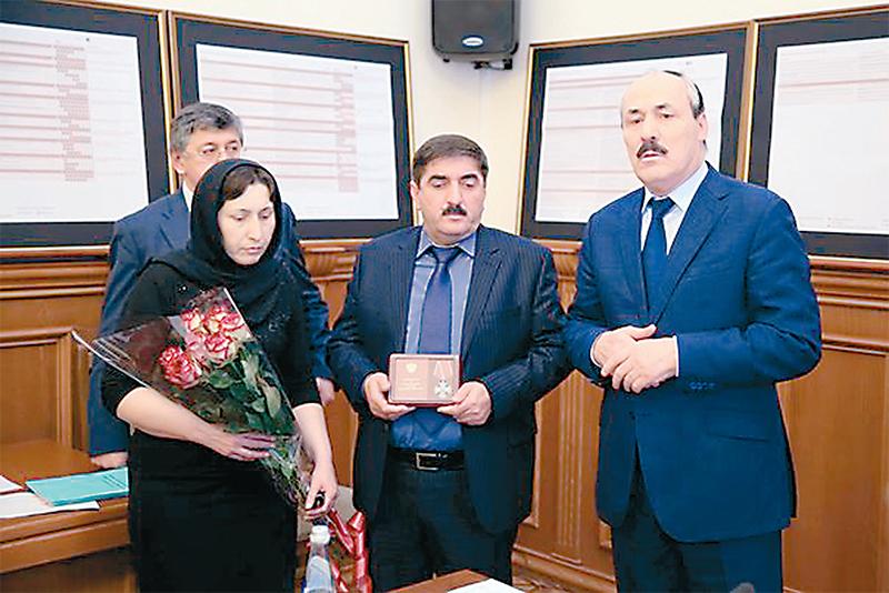 Родители Марата Рахметова получают награду своего сына