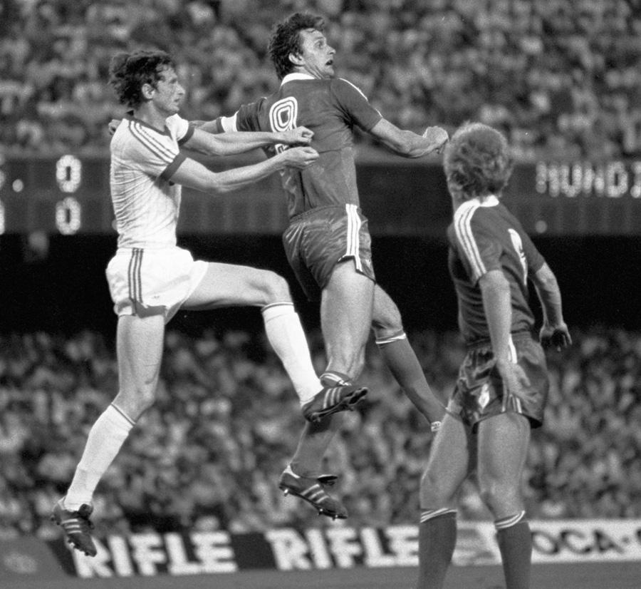 Нападающий сборной команды СССР Юрий Гаврилов (слева) в борьбе за мяч с польскими футболистами в матче Польша - СССР чемпионата мира по футболу 1982.