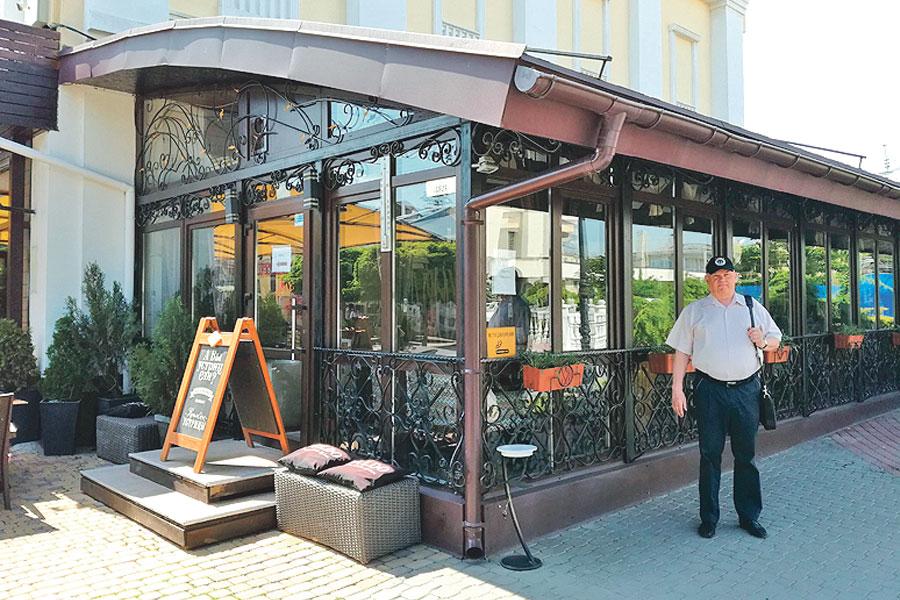 В этом симферопольском кафе герой романа ждал встречи с любимой…