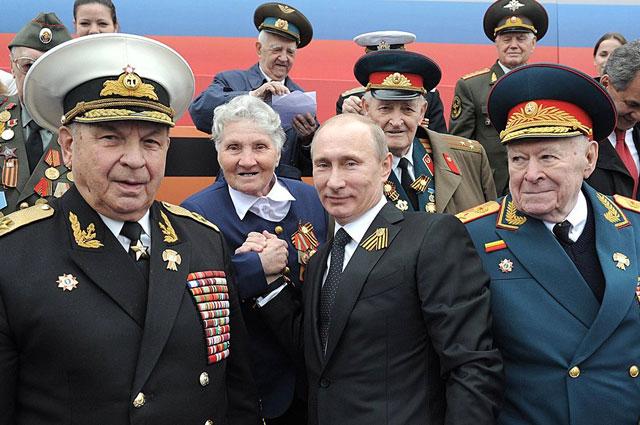 Адмирал флота в отставке А. И. Сорокин, Президент Российской Федерации В. В. Путин, генерал армии в отставке Ф. Д. Бобков на военном параде на Красной площади, 9 мая 2012 года.