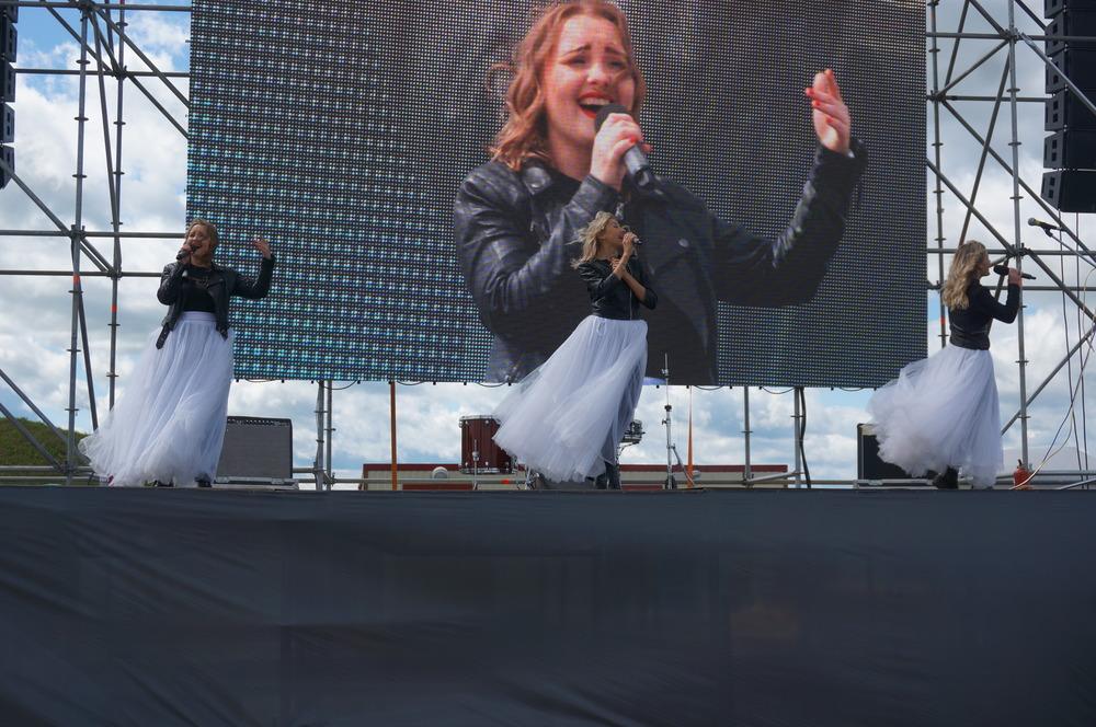 На сцене выступали различные творческие коллективы.