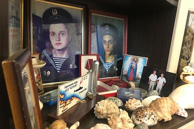 Матрос Леша Некрасов. А рядом друг его Дима Старосельцев.