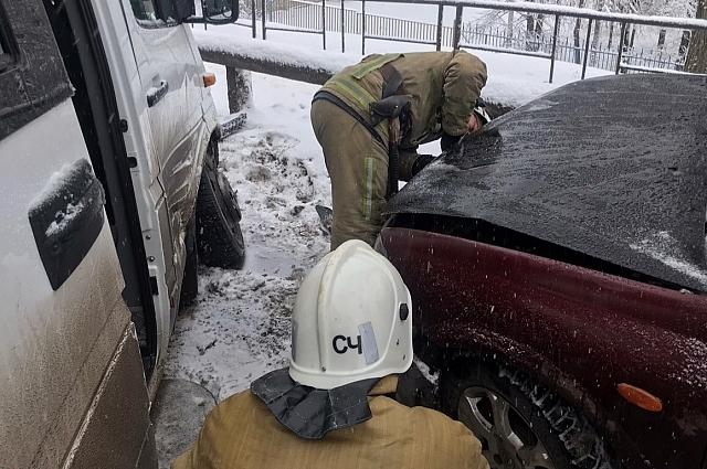 Два других автомобиля, судя по снимкам, имеют менее серьёзные повреждения.