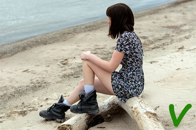 Если уж вы используйте в образе грубые ботинки, миксуйте их с летящими платьями или шортами, чтобы показать ноги.