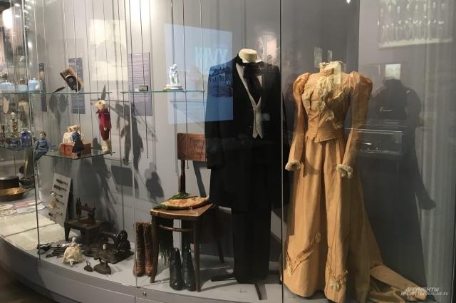 На фото— свадебные наряды екатеринбургской пары. В те времена свадебное платье не обязательно было белым, многие модницы выбирали просто самый шикарный вариант любого оттенка.