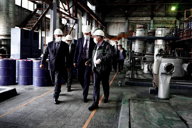 Максим Решетников и Игорь Кобзев пообщались с предпринимателями Химпрома, чтобы выработать конкретные решения для их поддержки.