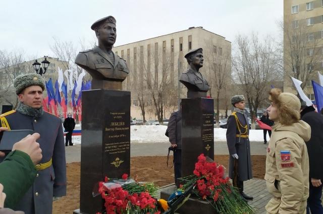Бюст героям-десантникам В. Лебедеву и Р. Сираеву.