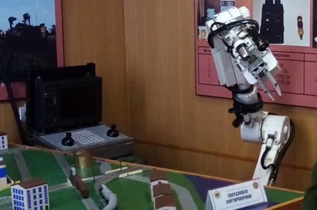 Солдат обучают работать вот с такими роботами для ликвидации последствий аварии на АЭС.