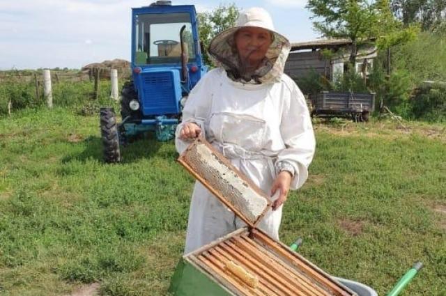 Юлия Николаевна всегда с большим удовольствием помогает родственникам на пасеке.