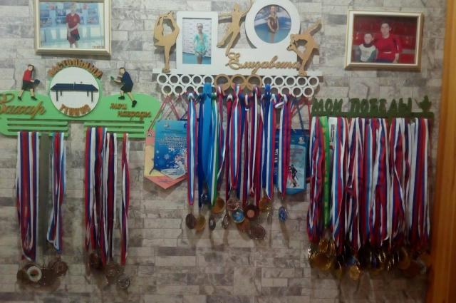 Награда Натальи стала одной из многих в доме, только в основном их приносят младшие Варфоломеевы.