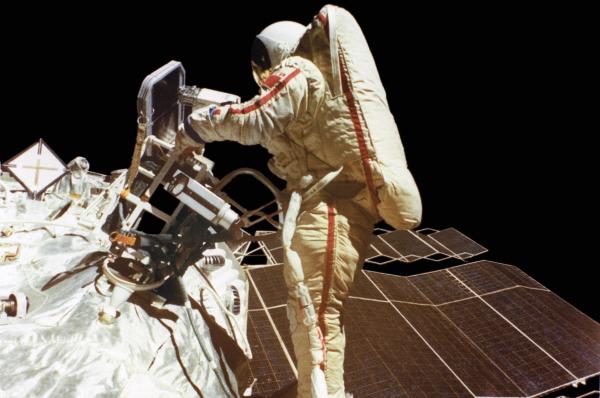 Светлана Савицкая в открытом космосе. В полёте космический корабль Союз Т-12 . 1984 год